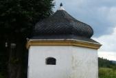 kaplička na rozcestí nad Biskupicemi