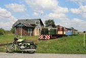 Dva zelené stroje ze70.let 20.století vHorních Povelicích, vpopředí ČZ250/471Sport, vpozadí FaurL30H