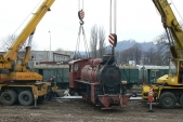 Mezi dvěma jeřáby se lokomotiva přemístila navagón