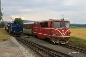 Předjíždějící osobní vlak ČD slokomotivou 705914 včele