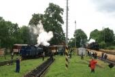 Nádraží vTřemešné plné návštěvníků apříjezd parního vlaku zKrnova