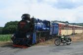 Proněkteré již známý motocykl ČZ250/471Sport vedlelokomotivy U57.001 napřejezdu uHorních Povelic