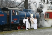 Doprovod mikulášského vlaku včetně svátečně vyzdobeného strojvedoucího