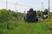 Vrátek aněkolik lidských sil musí lokomotivu dostat ažzavyhýbku vespodní části snímku