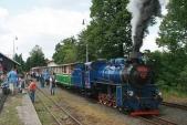 Čilý ruch nanádraží vOsoblaze, vlevo se představuje funkční model lokomotivy 310.017