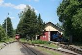 Poledne vOsoblaze. Vlevo vyčkává nasvůj pravidelný vlak 705917 ČD, vpravo probíhá příprava lokomotivy U57.001 předzpáteční cestou