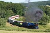 Souprava výletního vlaku právě projíždí známý nejmenší oblouk natrati