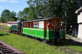 Zelený vagón je sunut nakopeček, abyho bylo možno naložit nanormálněrozchodný vagón
