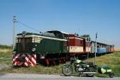 Obligátní setkání dvou zelených motorových strojů napřejezdu vHorních Povelicích