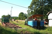 Modrý vagón je sunut Faurem nakopeček