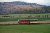 Rekonstruovaná lokomotiva 705 913 včele pravidelného vlaku Českých drah přijíždí doSlezských Rudoltic