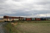 Výletní vlak plný návštěvníků Martinských hodů vjíždí doSlezských Rudoltic
