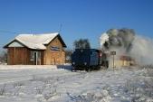Lokomotiva U57.001 projíždí Horními Povelicemi
