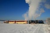 Mikulášský vlak slokomotivou U57.001 čeká předSlezskými Rudolticemi napovolení kposunu namanipulační kolej