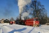 Remotorizovaná lokomotiva 705 913 právě opouští Osoblahu spravidelným vlakem ČD