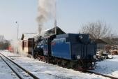 Souprava zvláštního vlaku vyčkává nakřižující osobní vlak vLiptani