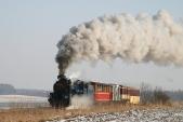 Lokomotiva U57.001 stoupá sesvým vlakem kvrcholu meziHorními Povelicemi aDívčím Hradem