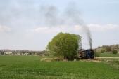 Parní vlak slokomotivou U57.001 opouští Osoblahu. Stanici apřiléhající část obce můžeme vidět vlevé části snímku.
