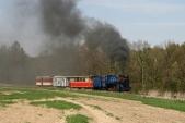 Malý Štokr stoupá střemi vagónky táhlým stoupáním zKoberna doSlezských Rudoltic