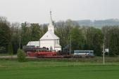 Malý hektor 720039 projíždí zastávkou Linhartovy cestou doKrnova