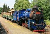 Lokomotiva U57.001 snovou sopravou připravena naodjezd zOsoblahy