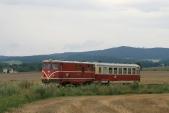 Nová podoba Osoblažky, osobní vlak Českých Drah srekonstruovanou lokomotivou 705913 arekonstruovaným vozem Btu901 předSlezskými Rudolticemi