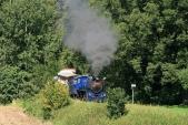 Parní lokomotiva U57.001 přejíždí most přespotok Lužná předzastávkou Koberno
