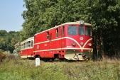 Osobní vlak ČD srekonstruovanou lokomotivou ivagónem na16.kilometru podhradem Fulštejnem
