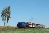 Parní lokomotiva U57.001 sesvým vlakem opouští Horní Povelice