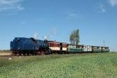 Parní lokomotiva U57.001 sesvým vlakem opouští Horní Povelice anajíždí dodruhého nejmenšího oblouku natrati opoloměru 90m