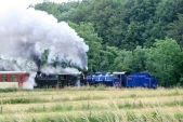 Vsilném lijáku zdolávají parní lokomotivy první ahned největší stoupání natrati meziTřemešnou veSlezsku aLiptaní