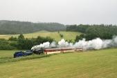 Parní vlak SZD sjíždí knejmenšímu oblouku natrati