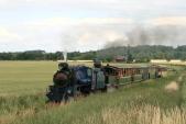 Parní lokomotivy podobrání vody avykřižování sprotijedoucím vlakem opouští Slezské Rudoltice auhánějí sesvým vlakem směrem kAmalínu