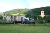 Posledních 300m dělí parní lokomotivy SZD odcíle své zpáteční cesty - Třemešné veSlezsku. Právě zdolávají poslední stoupání kolemmístní bytové zástavby akostela sv.Šebestiána.