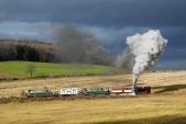 Parní vlak vestoupání nadruhém kilometru