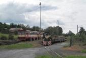 Neplánované setkání motorových vozidel dvou rozchodů přijíždějících do Třemešné ve Slezsku. Vlevo 810 399 s osobním vlakem Jeseník - Krnov. Vpravo TU38.001 s osobním vlakem Osoblaha - Třemešná ve Slezsku.