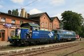 Najižní straně stanice Raclawice Sląskie byla vystavena dvě modernizovaná vozidla dopravce PKP Cargo. Motorová lokomotiva SM42-1224 aelektrická ET22-2031.