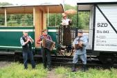 Vlak byl pocelou dobu doprovázen postavami vdobových kostýmech, včetně flašinetáře aharmonikáře