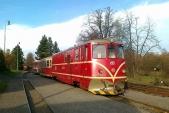 Vlak 20608 Českých drah slokomotivou 705 913 avýjmečně sedvěma přípojnými vozy Balm/ú čeká naodjezd zOsoblahy
