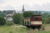 Souprava vlaku SZD s motorovou lokomotivou Faur přijíždí do Liptaně, 14.6.2013