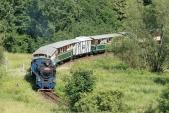 U57.001 právě projíždí nejmenší oblouk na trati mezi Liptaní a Třemešnou