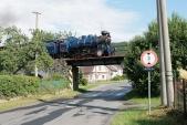 Most v obci Třemešná právě přejíždí Malý štokr U57.001