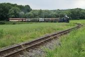 Druhý nejmenší oblouk na trati, u Horních Povelic, projíždí parní vlak SZD, 22.6.2013