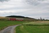Ve stoupání za Liptaní je vyfocena souprava ČD uhánějící do Třemešné ve Slezsku, 13.7.2013