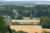 Fotografie pořízená z polské obce Stara Wies zabírá Osoblažské nádraží s posunující lokomotivou U57.001, 10.8.2013