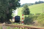 Parní lokomotiva Malý Štokr se svou soupravou projíždí první oblouky své domovské trati po výjezdu z Třemešné ve Slezsku. Do Osoblahy jich projede ještě 100, 18.8.2013