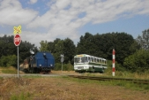 Setkání parní lokomotivy U57.001 s historickým autobusem Karosa ŠL11 na přejezdu u zastávky Dívčí Hrad