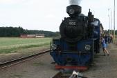 Křižování ve Slezských Rudolticích. Motorový vlak ČD odjíždí do Osoblahy a za chvíli odjede také parní vlak SZD do Třemešné, 25.8.2013