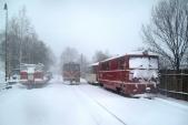 Posun lokomotivy 705 913 mezi zasněženými stroji MUV69 a 705 917