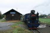 Lokomotiva U57.001 na 2. koleji v Bohušově čeká na křižování s protijedoucím vlakem